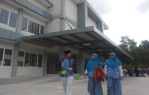 Sejumlah pelajar melintas di depan kampus Undip yang berada di Rembang, belum lama ini.