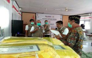 Bupati Rembang, Abdul Hafidz (berpeci) mengecek kesiapan APD (alat pelindung diri), bantuan PT. Semen Gresik, Rabu sore (22/04).