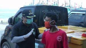 Bupati Rembang, Abdul Hafidz saat berbincang dengan warga, terkait imbas korona.