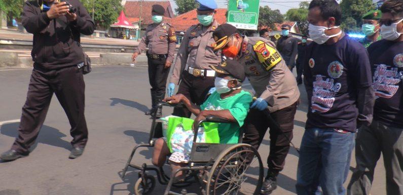 Ekonomi Terpukul Akibat Corona, Polisi Di Rembang Turun Bagi Sembako