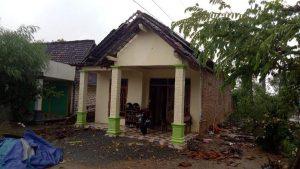 Salah satu rumah warga yang rusak akibat angin puting beliung. (Foto atas) Usai bencana, warga Desa Pelang Kecamatan Sarang berkerumun di jalan kampung, Jum'at (03/04).