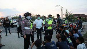 Aparat kepolisian menindak aksi balapan liar di jalan Dasun, Kecamatan Lasem, Senin sore (13/04).