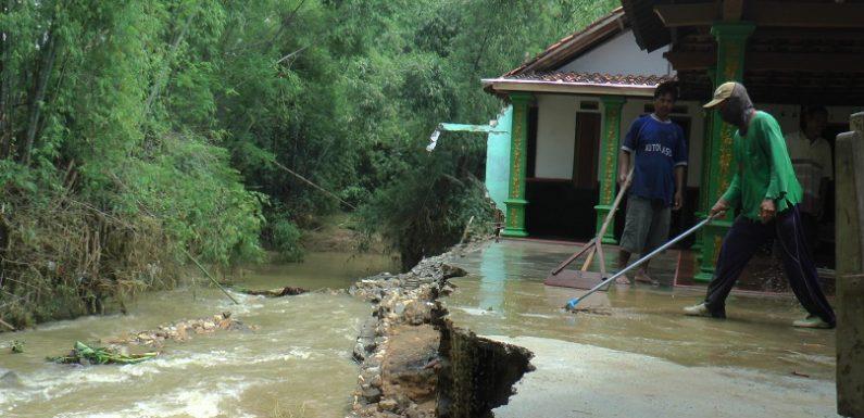 Banjir Bandang Terjang Ngulaan, Tebing Hancur Dan Menyeret Bangunan