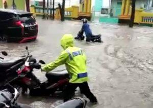 Banjir di jalur Pantura, sebelah timur jembatan Bagan Lasem, Jum'at (17/04)