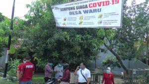 Aparat Polres Rembang berada di Desa Waru. (Foto atas) Pembagian bahan kebutuhan pokok kepada pengendara ojek online di Desa Mondoteko, Rabu (15/04).