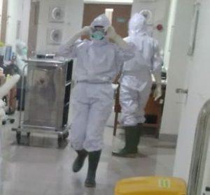 Kesibukan petugas medis RSUD dr. R. Soetrasno Rembang di ruang isolasi perawatan pasien korona. (Foto atas) Pegawai rumah sakit di loket rawat jalan juga siaga dengan APD lengkap.
