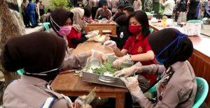 Anggota Polwan sibuk di bagian pemotongan kacang. (Foto atas) Bupati, Kapolres dan Komandan Kodim turun di lokasi dapur umum, halaman Kodim Rembang, Selasa (28/04).