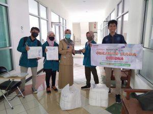 Forum Anak Beasiswa (FABs) Rembang menyerahkan bantuan kepada perwakilan RSUD dr. R Soetrasno Rembang, Senin (06/04).