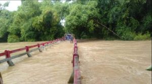 Jembatan Desa Logung Kecamatan Sumber tertutup banjir kiriman. (Foto atas) Banjir di Desa Tegaldowo Kecamatan Gunem, menggenangi Puskesmas Pembantu, Selasa sore (07/04).