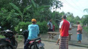 Pengguna jalan, Selasa pagi (07/04) tak bisa lewat jembatan Desa Sidorejo Kecamatan Pamotan yang terputus.