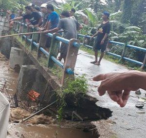 Jembatan Sidorejo, Kecamatan Pamotan ditutup, karena mulai ambrol tergerus luapan air sungai, Senin sore (06/04).