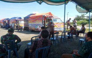 Bupati Rembang, Abdul Hafidz hadir dengan latar belakang truk pengangkut beras yang diprakarsai nelayan cantrang. (Foto atas) Bantuan beras langsung disalurkan ke desa dan panti asuhan, Rabu (22/04).