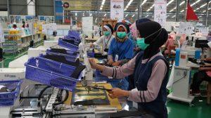 Aktivitas pekerja di pabrik sepatu Rembang, belum lama ini.