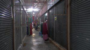 Banyak tempat usaha di dalam Pasar Rembang tutup, bahkan ditempeli pengumuman dijual, Kamis (02/04).