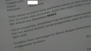 Surat keterangan sehat diberikan kepada MS. (Foto atas) MS dinyatakan sembuh dan boleh pulang dari RSUD dr. R. Soetrasno Rembang, Sabtu (18/04).