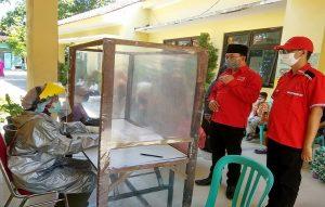 Pegawai Puskesmas menggunakan APD dari jas hujan, Senin (20/04). (Foto atas) Ketua DPC PDI Perjuangan Kabupaten Rembang, Ridwan menyerahkan bantuan APD kepada perwakilan Puskesmas Rembang I.