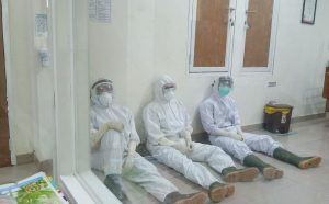 Potret perjuangan tenaga medis di ruang isolasi penanganan Covid-19 di RSUD dr. R. Soetrasno Rembang. Di sela-sela melayani pasien, mereka bergantian istirahat.