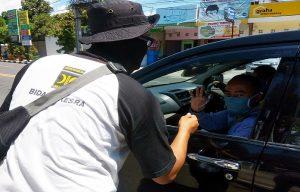 Pihak DPD PKS Kabupaten Rembang menggelar aksi peduli pencegahan Covid-19, dengan membagikan masker di Perempatan Jaeni Rembang, Rabu (22/04).