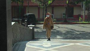 Junia Rina saat masuk kerja di kantor Setda Rembang, (27/04). Junia Rina merupakan pengisi suara himbauan kewaspadaan Covid-19 di lampu pengatur lalu lintas.