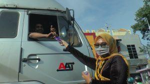 Aksi Polwan Satlantas Polres Rembang memperingati Hari Kartini, dengan cara membagikan masker dan hand sanitizer, Selasa (21 April 2020).