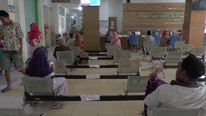Pihak RSUD dr. R. Soetrasno Rembang mencopot kursi bagian tengah, di loket pendaftaran pasien rawat jalan. Hal itu untuk menindaklanjuti himbauan social distancing, mengantisipasi penyebaran corona.