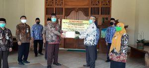 Perwakilan SMA/SMK di Kabupaten Rembang menyerahkan hasil penggalangan dana untuk penanggulangan virus Covid-19, kepada Bupati Rembang.