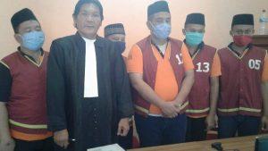 Advokat, Darmawan Budiharto saat mendampingi terdakwa dalam sidang online. (Foto atas) Suasana sidang online, tampak terdakwa menatap layar teleconference di Rutan Rembang.
