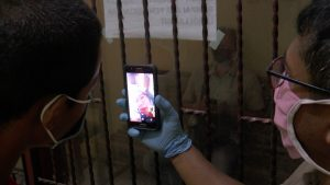 Seorang tahanan didampingi polisi melakukan video call dengan ibunya. (Foto atas) Tahanan Polres Rembang menjalani rapid test Covid-19, Sabtu (18/04).
