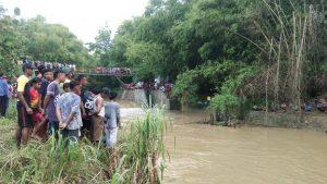 Kondisi TKP Sungai Karaskepoh. (Foto atas) Kapolsek Pancur, AKP Sri Iriyanti berada di Puskesmas setempat, usai visum jenazah korban.