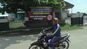 TPI Tasikagung menjadi kawasan wajib bermasker. (Foto atas) Bupati Rembang, Abdul Hafidz memasangkan masker kepada seorang warga di TPI Tasikagung, Sabtu (11/04).