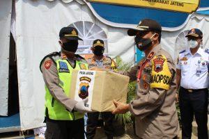 Wakapolda Jawa Tengah, Brigjen Ahmad Luthfi menyerahkan bantuan paket Sembako dan bahan makanan kepada petugas di Pos Pam Kecamatan Sarang, Kabupaten Rembang, Kamis (30/04).