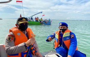 Kapolres Rembang, AKBP Dolly A. Primanto didampingi Kasat Polair, Iptu Sukamto turun langsung. Tampak di belakangnya nelayan menggelar larung sesaji, Minggu (31/05).