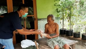 Pembagian daging ayam Joper dan telur kepada warga di Kabupaten Rembang, Jum'at (08 Mei 2020).