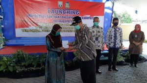 Bupati Rembang, Abdul Hafidz menyerahkan secara simbolis buku tabungan dana BLT dari anggaran Pemkab Rembang, Jum'at (22 Mei 2020).