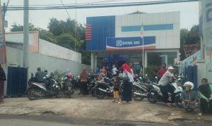 Kondisi antrean di salah satu unit Bank BRI di Kabupaten Rembang.