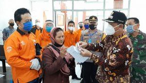 Bupati Rembang, Abdul Hafidz hadir saat penyaluran BST di Kantor Pos Rembang, Kamis (07 Mei 2020).