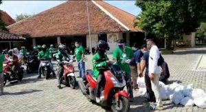 Pengendara ojek online menerima bantuan paket Sembako di halaman rumah dinas Bupati. (Foto atas) Bupati Rembang, Abdul Hafidz menyerahkan bantuan kepada warga tidak mampu, Jum'at sore ((22/05).