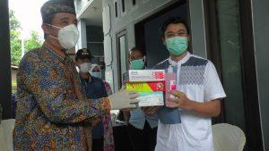 Bupati Rembang, Abdul Hafidz menyerahkan bantuan kepada I, pasien Covid-19 sembuh warga Desa Waru, hari Sabtu (02 Mei 2020).