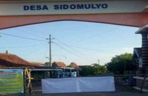 Penutupan jalan di Desa Sidomulyo. (Foto atas) Jalan masuk menuju Desa Sambiyan ditutup.