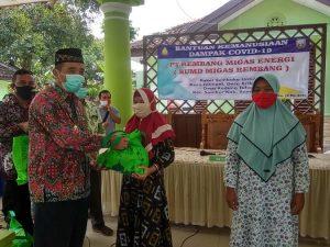 Bupati Rembang, Abdul Hafidz menyerahkan bantuan paket Sembako kepada warga, Selasa (12 Mei 2020).
