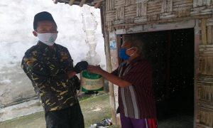 Pembagian beras kepada warga tidak mampu dari GP Ansor Kabupaten Rembang, Jum'at (01/05).