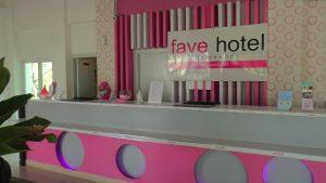 Setelah tutup cukup lama, Hotel Fave Rembang mulai buka lagi, hari Jum'at. (Foto atas) Kapolres Rembang, AKBP Dolly A. Primanto menyerahkan paket Sembako kepada pekerja hotel yang masih dirumahkan.