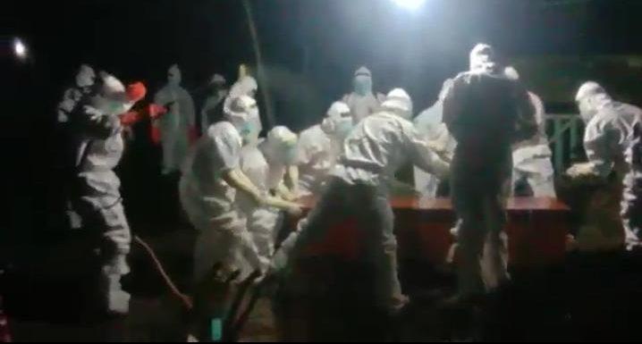 Pemakaman Jenazah Covid-19 : Polisi Sterilkan Jalur, Cegah Warga Ramai-Ramai Ambil Foto