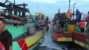 Dua unit kapal yang terbakar di Pelabuhan sisi barat Tasikagung, Rembang.