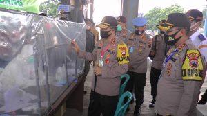 Kapolda Jawa Tengah, Irjen Ahmad Luthfi didampingi Kapolres Rembang mengecek petugas di pos perbatasan Jateng – Jatim. (Foto atas) Kapolda mendengarkan paparan Kabag Ops Polres Rembang, terkait penyekatan kendaraan.