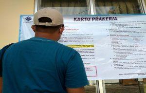 Seorang warga melihat informasi tentang kartu pra kerja di Kantor Dinas Penanaman Modal Pelayanan Terpadu Satu Pintu Dan Tenaga Kerja Kabupaten Rembang.