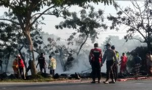 Sebuah tambal ban ludes terbakar di pinggir jalur Pantura Desa Tasikharjo, Kecamatan Kaliori, Minggu (17/05).