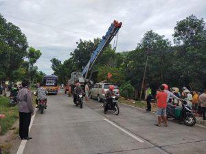 Evakuasi mobil yang kecelakaan di Pancur. (Foto atas) Evakuasi truk trailer yang terguling di tikungan Desa Bulu, Jl. Rembang – Blora.