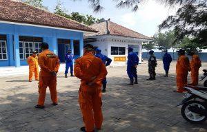 Tim SAR gabungan menggelar apel di halaman kantor Kamla Tasikagung, Rembang, sebelum melaksanakan pencarian korban.