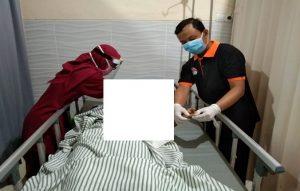 Aparat kepolisian mengecek jari korban, terdapat bekas luka bakar. (Foto atas) TKP warga tersengat arus listrik di Desa Sekarsari Kecamatan Sumber.